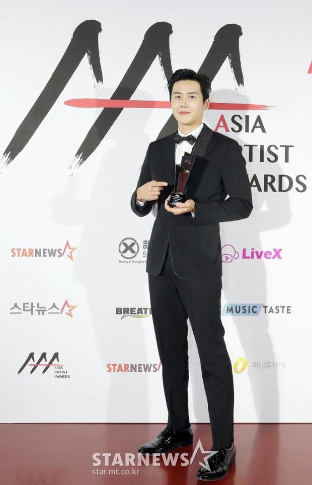 Seo Ye Ji tình tứ bên Lee Jun Ki, Kim Soo Hyun lẻ bóng trên thảm đỏ-8