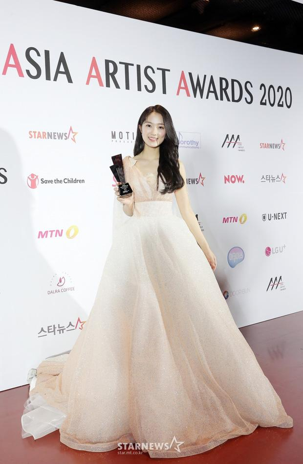 Seo Ye Ji tình tứ bên Lee Jun Ki, Kim Soo Hyun lẻ bóng trên thảm đỏ-9