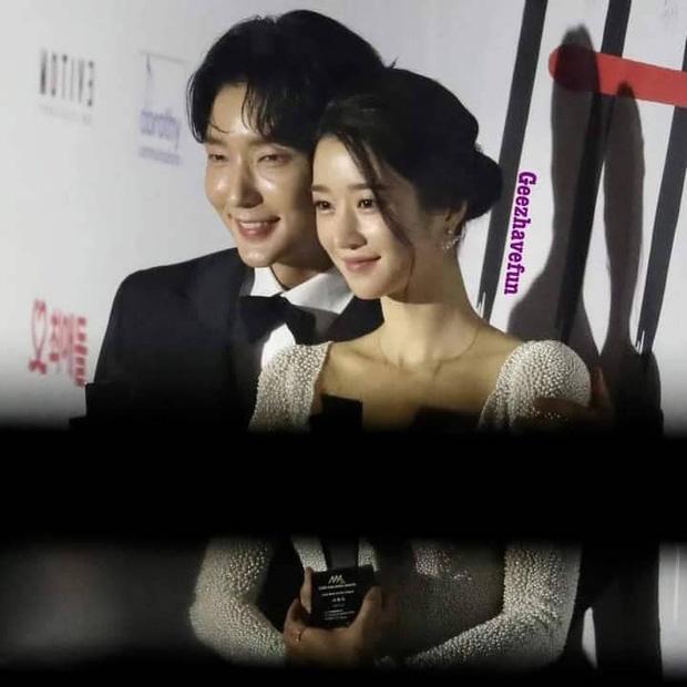 Seo Ye Ji tình tứ bên Lee Jun Ki, Kim Soo Hyun lẻ bóng trên thảm đỏ-1