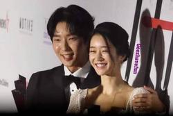 Seo Ye Ji tình tứ bên Lee Jun Ki, Kim Soo Hyun lẻ bóng trên thảm đỏ