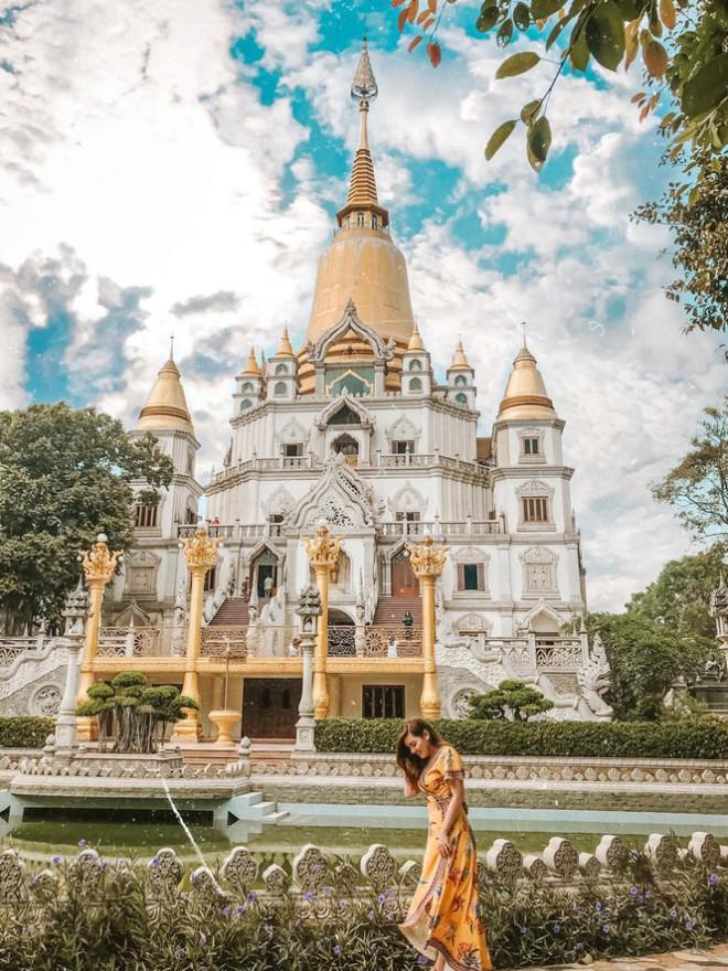Ai đến đây cũng đều mê mẩn trước kiến trúc đẹp độc đáo của chùa. (Ảnh: Cát Tiên)