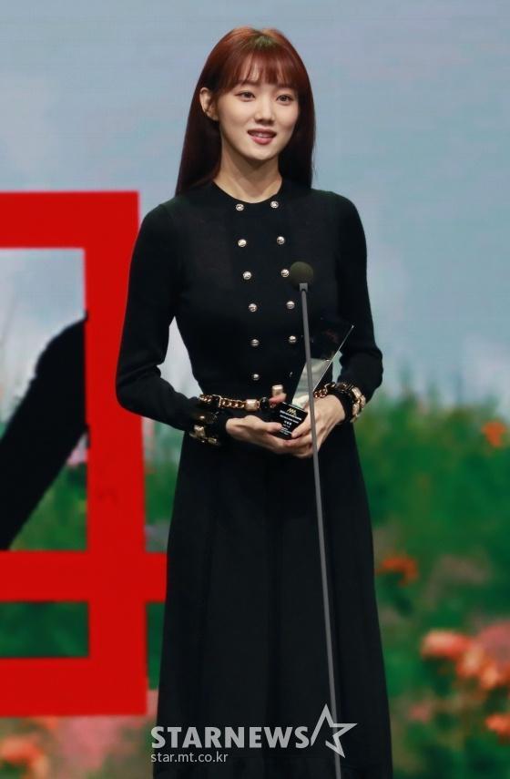 Style sao Hàn tuần qua: G-Dragon râu ria xồm xoàm, Lisa diện set đồ trăm triệu-10