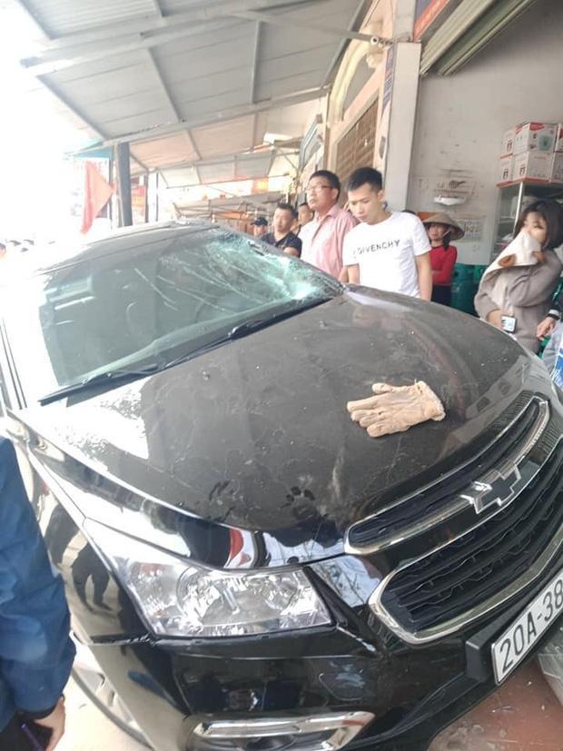 Thái Nguyên: Kinh hoàng ô tô đấu đầu xe máy, một người bị hất văng lên mái nhà tử vong-1