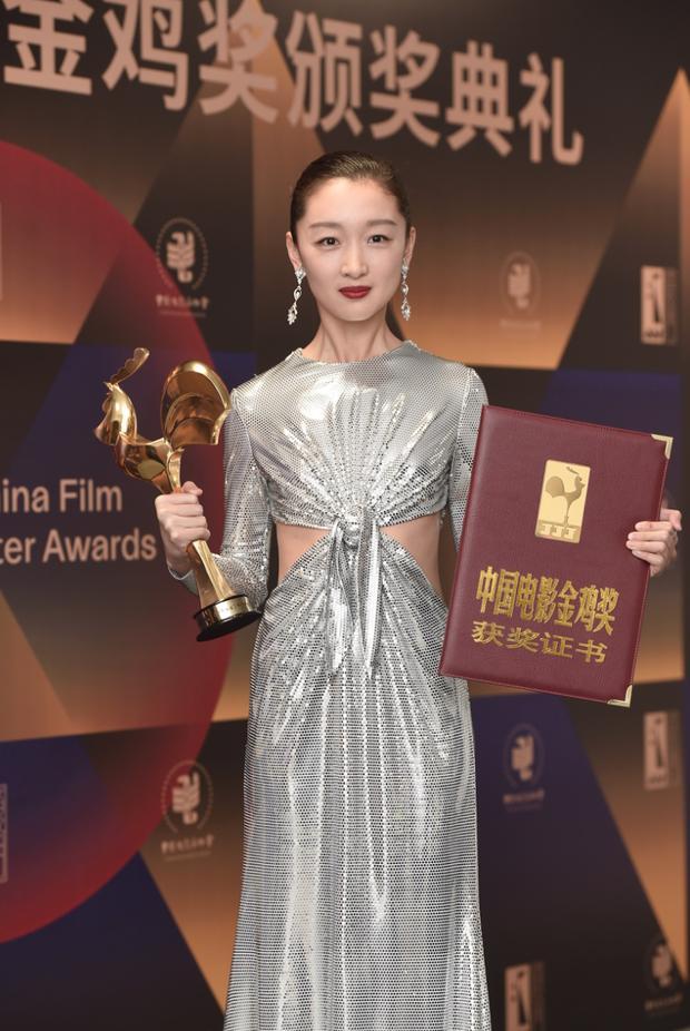 Làm Tam Kim Ảnh hậu nhưng Châu Đông Vũ lại ở bét bảng phong cách, bộ đồ mới đây là minh chứng rõ nhất-2