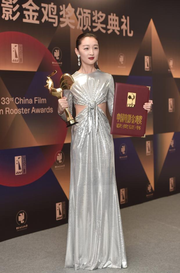 Làm Tam Kim Ảnh hậu nhưng Châu Đông Vũ lại ở bét bảng phong cách, bộ đồ mới đây là minh chứng rõ nhất-3