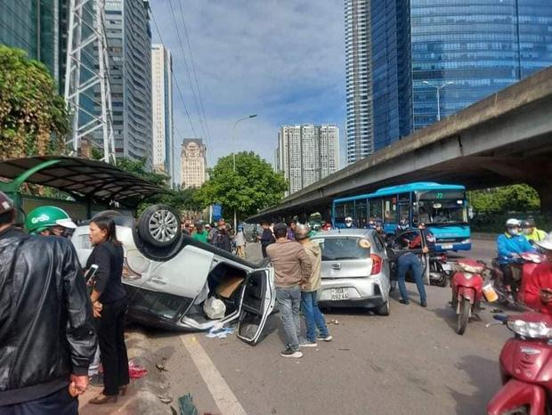 Hà Nội: Sau khi gây tai nạn liên hoàn khiến 3 người bị thương, xế hộp phơi bụng trên đường-1
