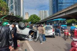 Hà Nội: Sau khi gây tai nạn liên hoàn khiến 3 người bị thương, xế hộp 'phơi bụng' trên đường