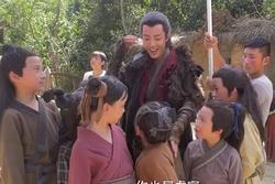 Tiêu Chiến làm 'bảo mẫu' ân cần chăm sóc trẻ nhỏ ở hậu trường 'Lang Điện Hạ'