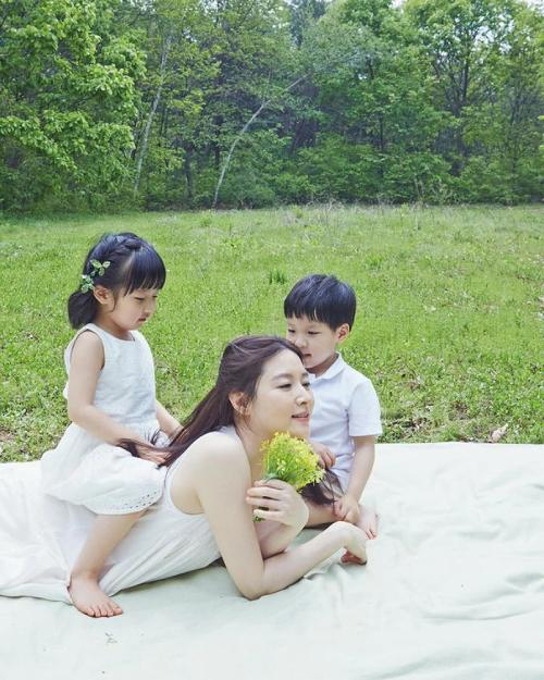 Lee Young Ae chia sẻ ảnh con thời nhỏ-1