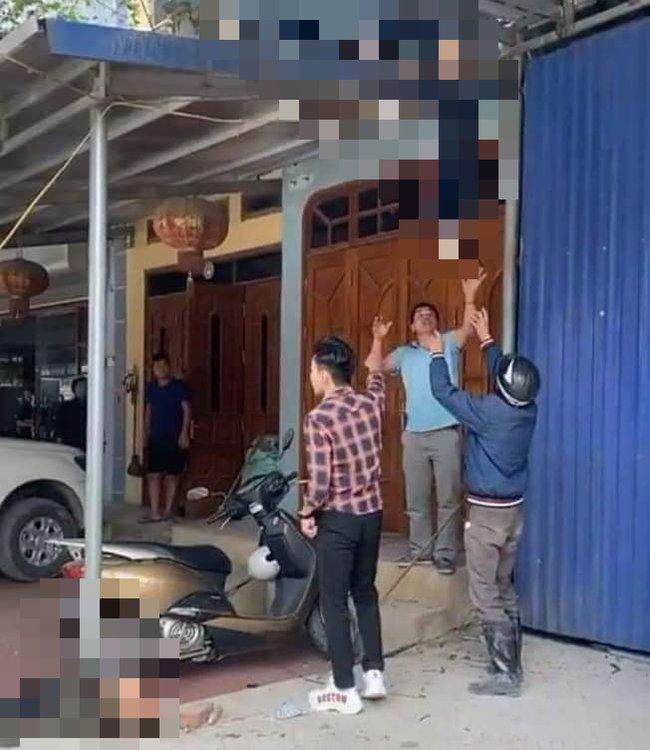 Kinh hoàng khoảnh khắc ô tô lao như tên bắn, tông văng cậu bé lên mái nhà, 2 bố con tử vong-2