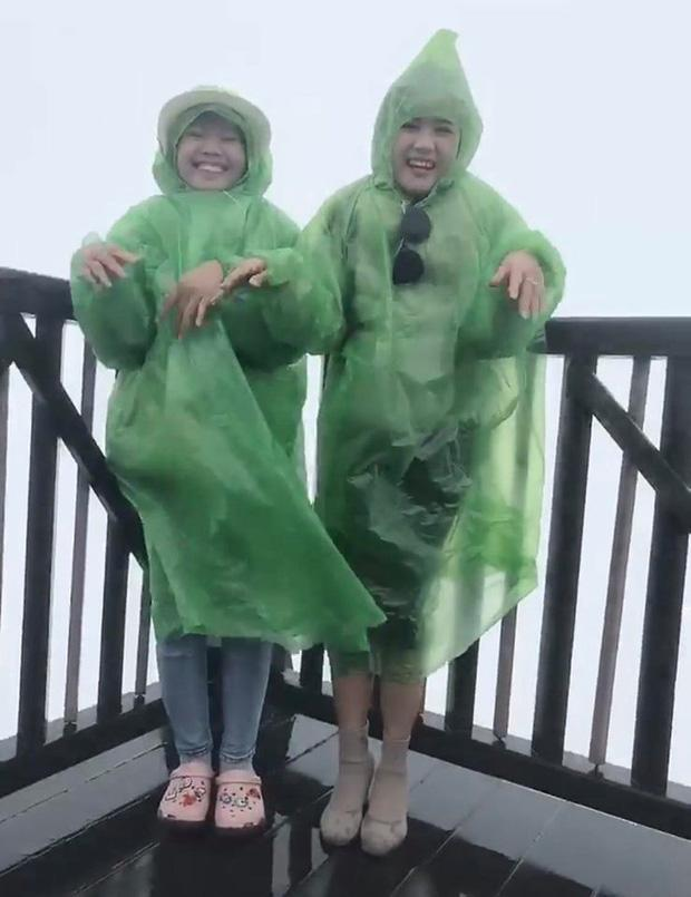Bi kịch cứ đi du lịch là gặp thời tiết ngang trái, mưa gió quật bay người vẫn phải cố check-in-2