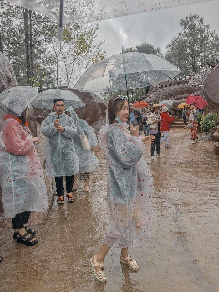 Bi kịch cứ đi du lịch là gặp thời tiết ngang trái, mưa gió quật bay người vẫn phải cố check-in-5