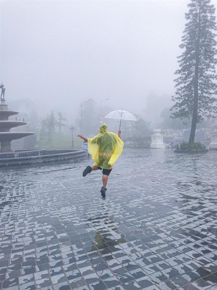 Bi kịch cứ đi du lịch là gặp thời tiết ngang trái, mưa gió quật bay người vẫn phải cố check-in-1