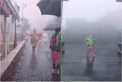 Bi kịch cứ đi du lịch là gặp thời tiết ngang trái, mưa gió 'quật bay người' vẫn phải cố check-in
