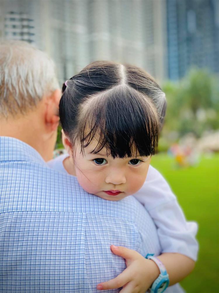Con trai hoa hậu Đặng Thu Thảo lộ diện rõ nét, giống bố như lột-4