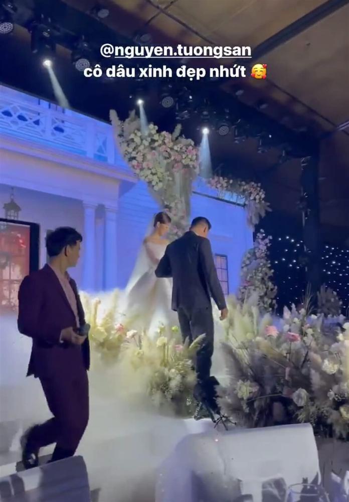 Đám cưới Á hậu Tường San: Chú rể không lộ diện, màn tung hoa gây bất ngờ-5