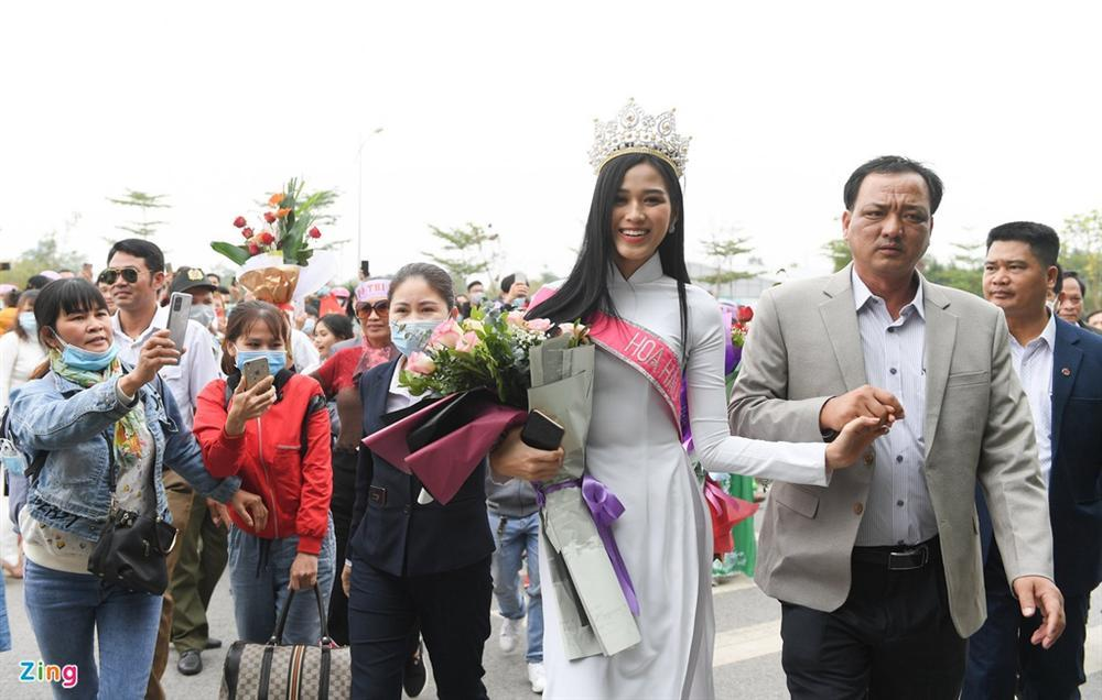 Hoa hậu Đỗ Thị Hà được chào đón khi về Thanh Hóa-5