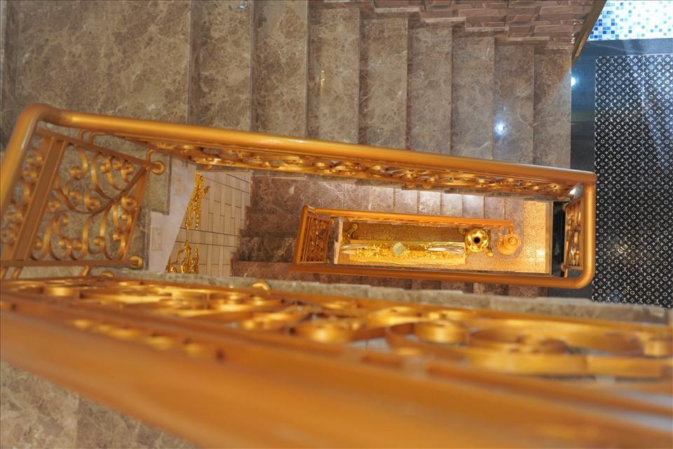 Dân mạng choáng ngợp ngôi nhà dát vàng ở Cần Thơ, riêng nội thất mất 2 năm hoàn thiện-2