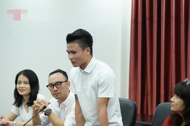 Quang Hải trở thành tân sinh viên ĐH Kinh Tế Hà Nội, dân mạng cà khịa: Tầm này lái Mẹc đi học là hết ý!-4