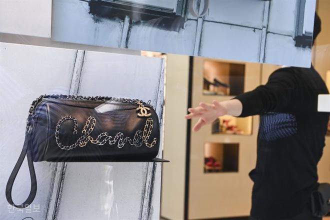 Quản lý Chanel bị nhân viên tố quấy rối tình dục trong 10 năm-1