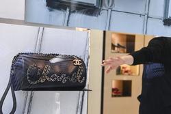 Quản lý Chanel bị nhân viên tố quấy rối tình dục trong 10 năm