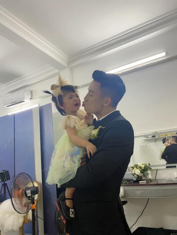 Vào TP.HCM chụp ảnh cưới với bố mẹ, biểu cảm không hợp tác của con gái Tiến Dũng gây bão-3