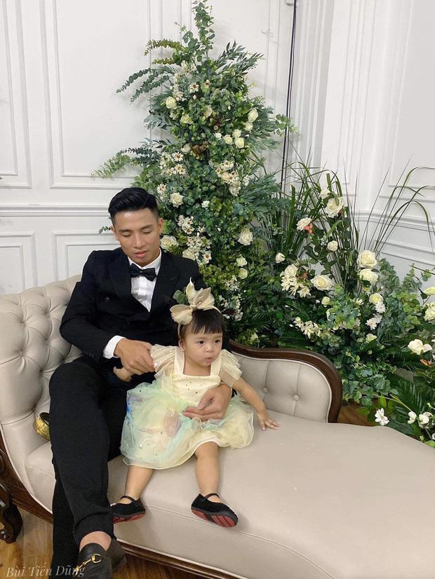 Vào TP.HCM chụp ảnh cưới với bố mẹ, biểu cảm không hợp tác của con gái Tiến Dũng gây bão-4