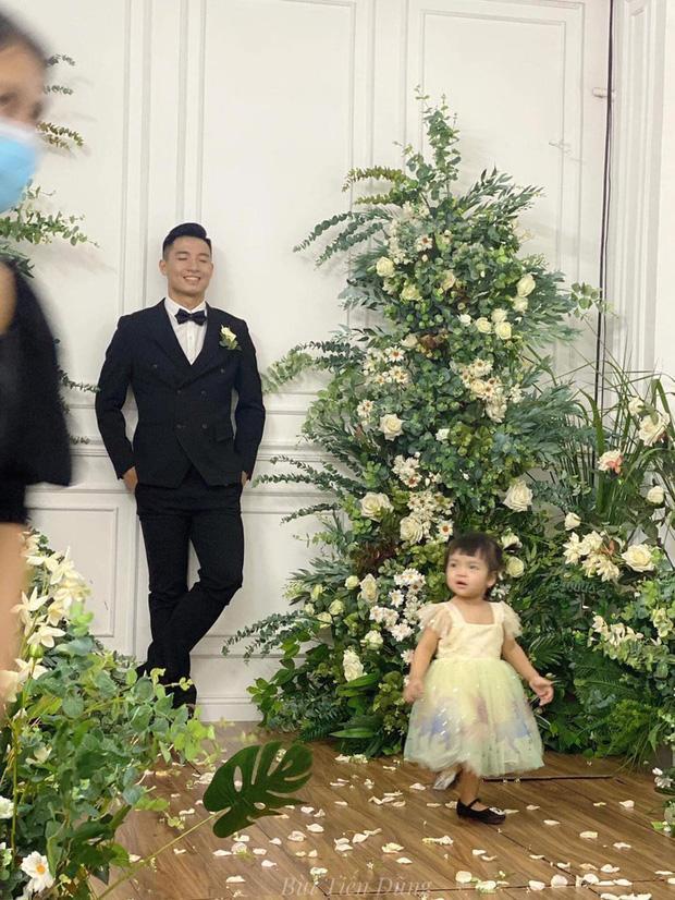 Vào TP.HCM chụp ảnh cưới với bố mẹ, biểu cảm không hợp tác của con gái Tiến Dũng gây bão-2