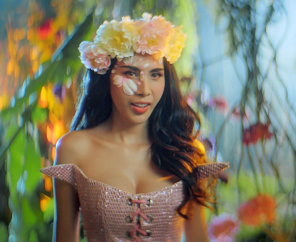 Váy áo siêu gợi cảm của Thủy Tiên trong MV Ngải tình giống loạt sao Hollywood-1