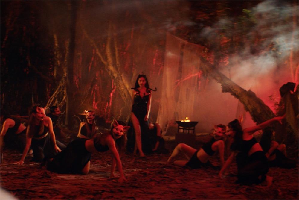 Váy áo siêu gợi cảm của Thủy Tiên trong MV Ngải tình giống loạt sao Hollywood-9