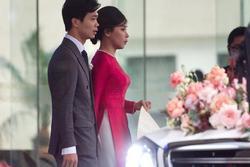 Viên Minh ăn mặc giản dị, tay cầm món đồ đặc biệt trong ngày làm dâu xứ Nghệ