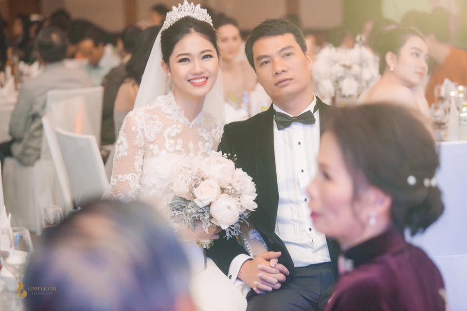 Á hậu Thanh Tú và đại gia hơn 16 tuổi ăn uống vỉa hè kỷ niệm 2 năm kết hôn-2