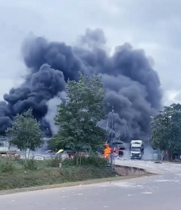 Rùng mình: Cảnh tượng tan hoang hiện trường vụ nổ xe tải ở biên giới Việt - Lào-1