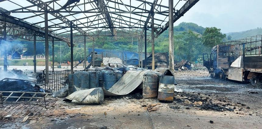 Rùng mình: Cảnh tượng tan hoang hiện trường vụ nổ xe tải ở biên giới Việt - Lào-6