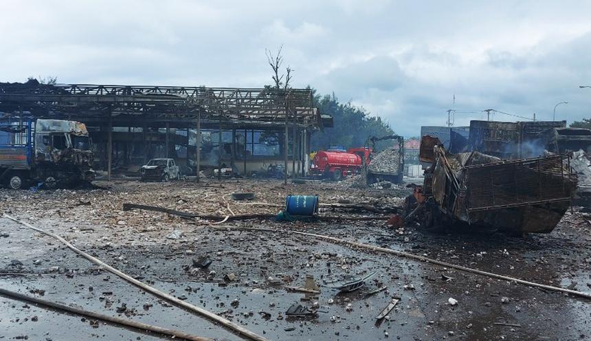 Rùng mình: Cảnh tượng tan hoang hiện trường vụ nổ xe tải ở biên giới Việt - Lào-9