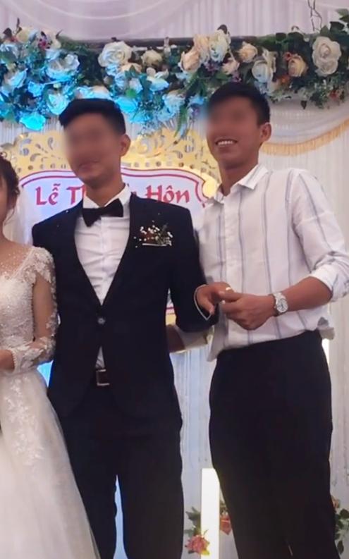 Chú rể bị cưỡng hôn trên sân khấu, phản ứng của cô dâu làm ai cũng bất ngờ thumbnail
