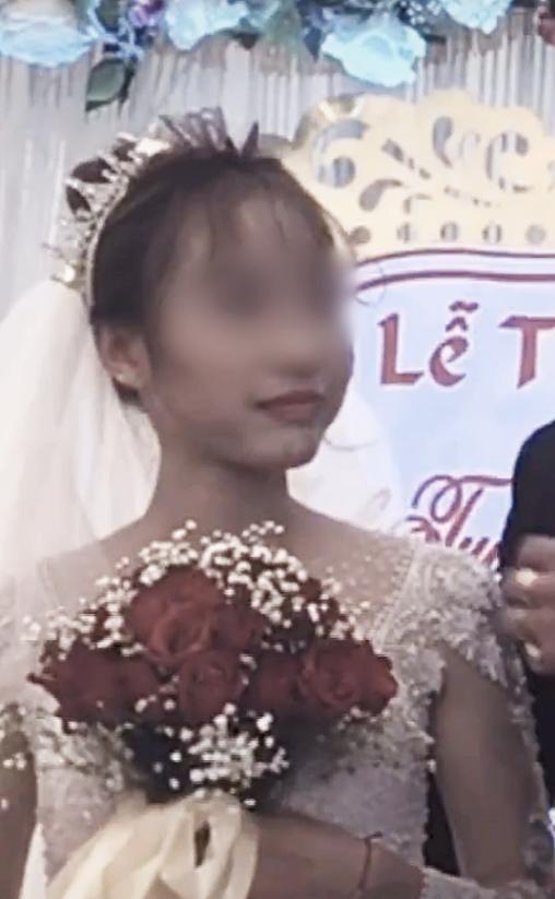 Chú rể bị cưỡng hôn trên sân khấu, phản ứng của cô dâu làm ai cũng bất ngờ-3