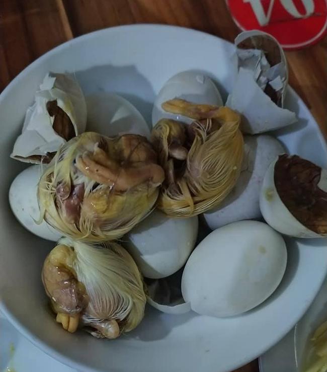 Đi ăn trứng vịt lộn, thanh niên nhát gan vừa nhìn thấy đã hoảng hồn, hận cô bán trứng-1