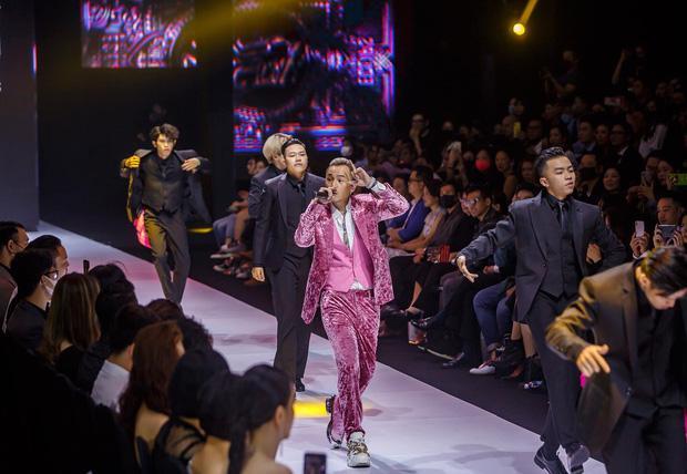 Binz chia sẻ về màn phát cẩu lương công khai đầu tiên với Châu Bùi tại Fashion Week: Nghe sao thấy lươn lẹo quá?-3