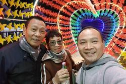 Gia đình nhà báo Lại Văn Sâm chụp ảnh chung, nhan sắc phu nhân kín tiếng gây chú ý