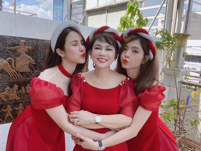 Mẹ chồng Diệp Lâm Anh trẻ đẹp khó tin, chụp cùng con dâu mà như chị em-1