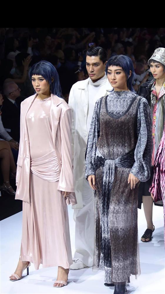 Lương Thùy Linh - Trần Tiểu Vy - Đỗ Thị Hà gây tranh cãi với màn catwalk thảm họa-12