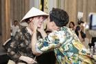 Trấn Thành không mời nhưng Hari Won vẫn đội nón lá, mang túi Chanel fake đến họp báo phim 'Bố Già'