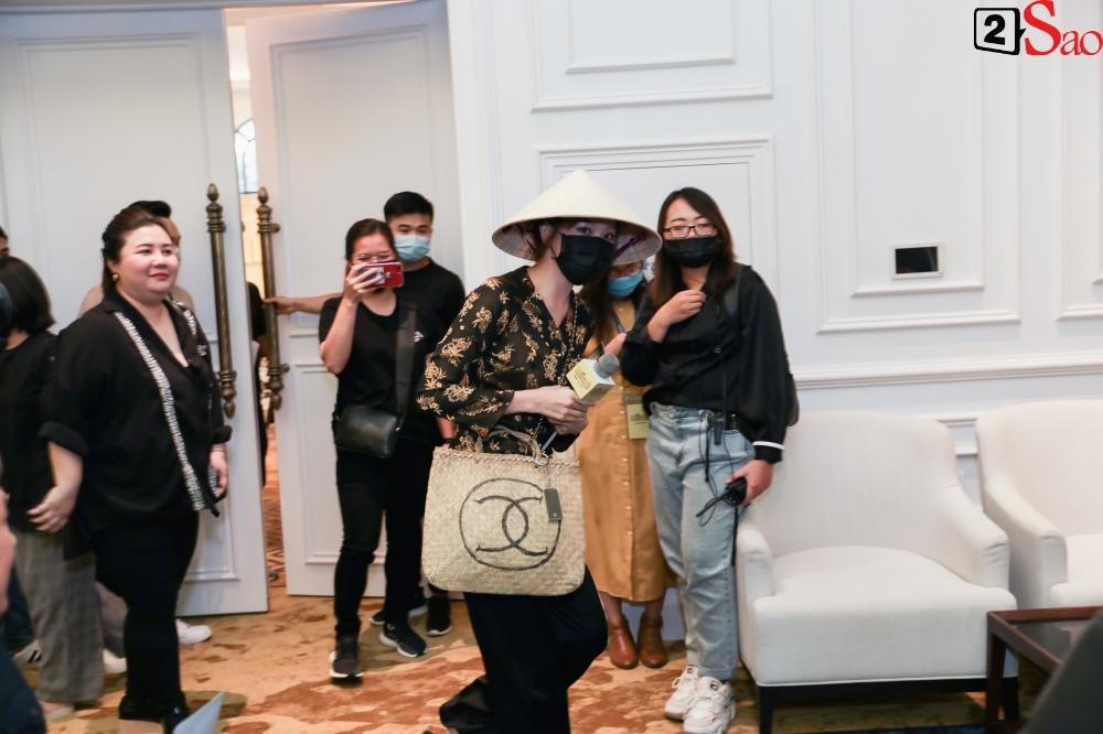 Trấn Thành không mời nhưng Hari Won vẫn đội nón lá, mang túi Chanel fake đến họp báo phim Bố Già-1