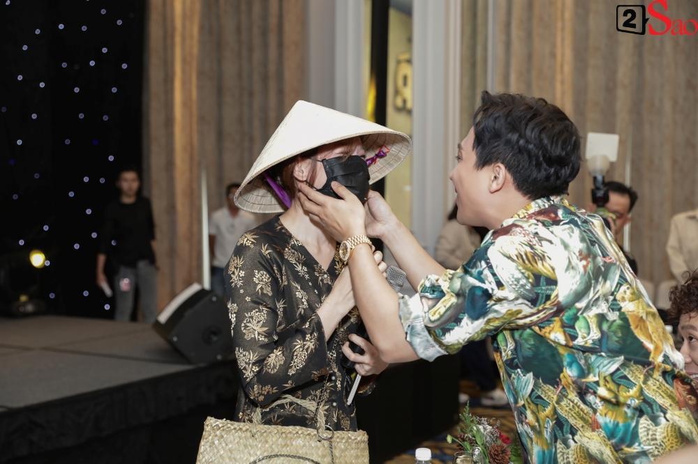 Trấn Thành không mời nhưng Hari Won vẫn đội nón lá, mang túi Chanel fake đến họp báo phim Bố Già-2