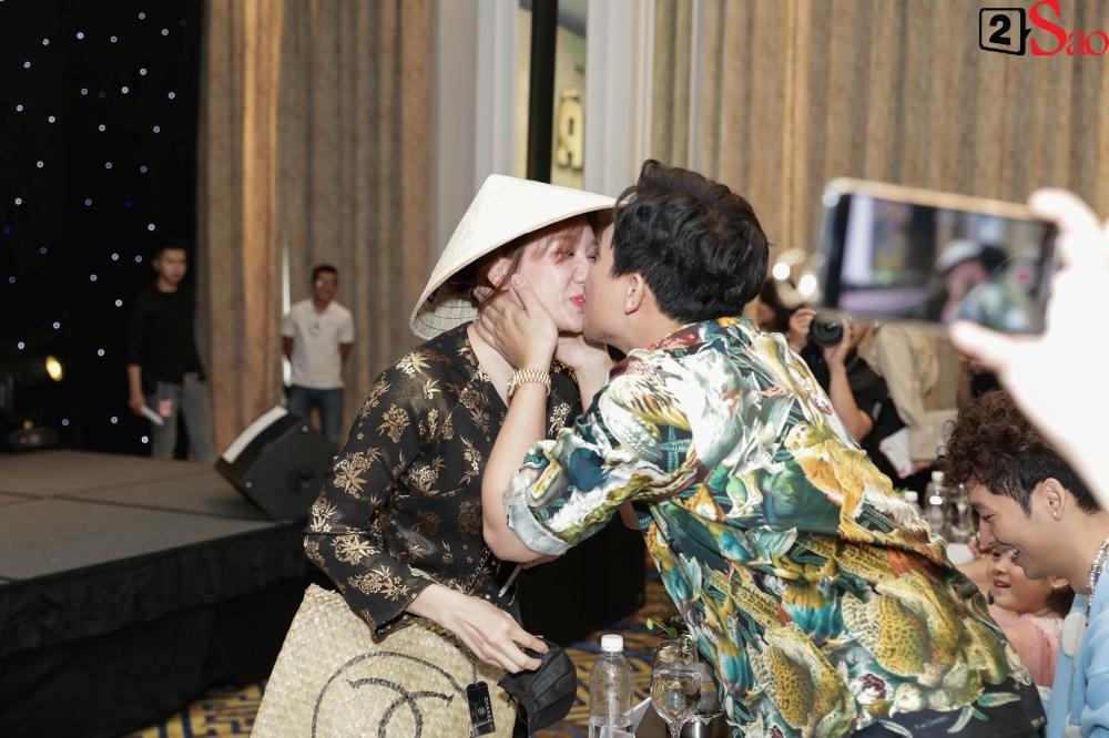 Trấn Thành không mời nhưng Hari Won vẫn đội nón lá, mang túi Chanel fake đến họp báo phim Bố Già-3