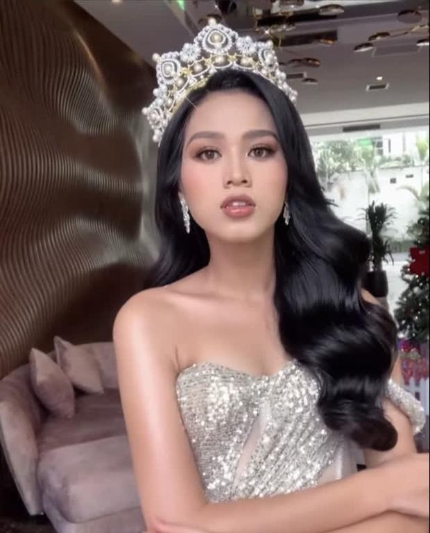 Xả vai Hoa hậu, Đỗ Thị Hà đeo kính cận và để mặt mộc đúng lứa tuổi 19: Nhan sắc thật ra sao?-4