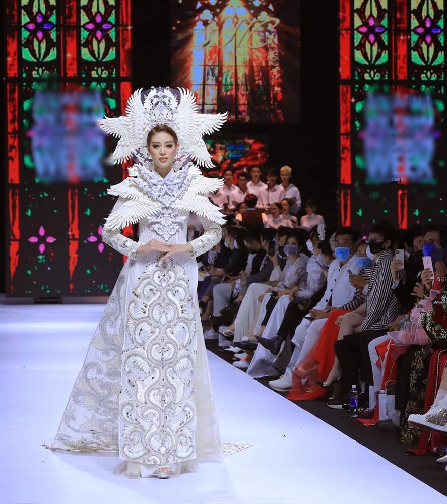 Khánh Vân lộ vật thể lạ khi diện áo dài hoành tráng, catwalk uy nghiêm-1