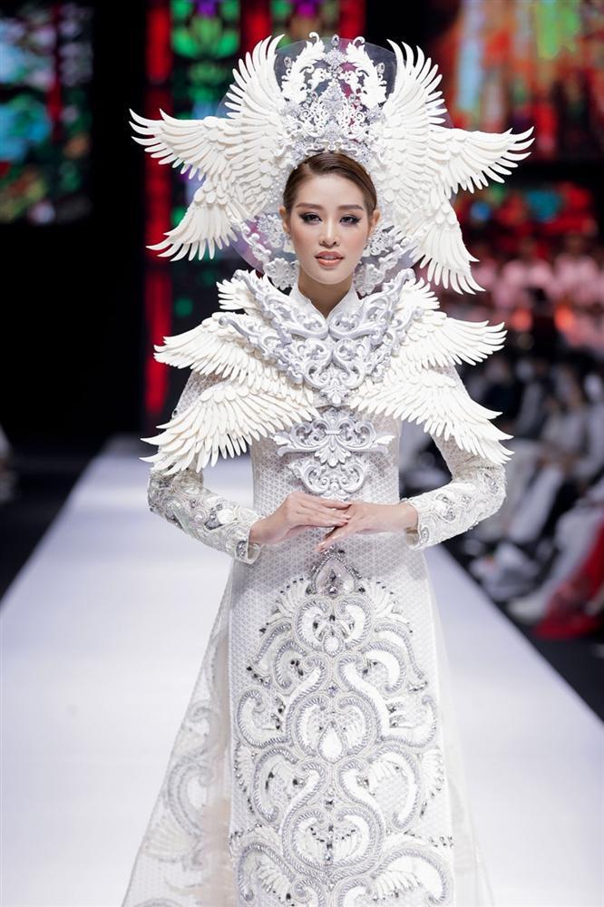 Khánh Vân lộ vật thể lạ khi diện áo dài hoành tráng, catwalk uy nghiêm-3