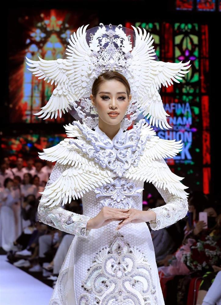 Khánh Vân lộ vật thể lạ khi diện áo dài hoành tráng, catwalk uy nghiêm-4